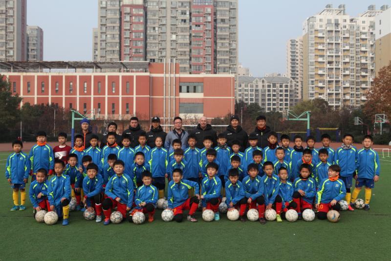 快乐足球动起来 郑州九中校园足球教练组送教聚源路小学
