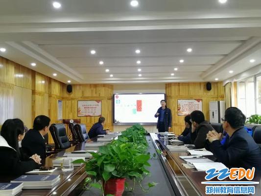 鄭州回中副校長王春前在校務會上講述道路交通安全的重要性