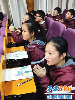 同学们被表演吸引_副本