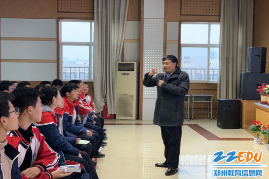 袁林方主任与学生互动,讲述心理健康知识