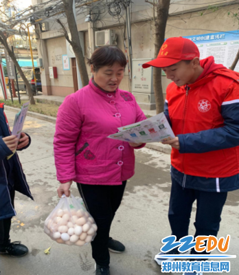 学生志愿者进社区向市民宣传垃圾分类相关知识