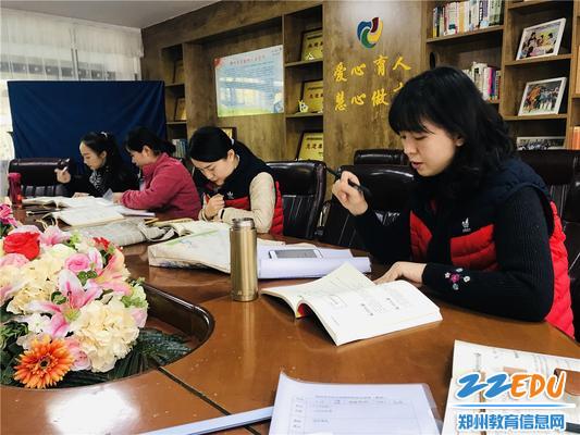 3高原老师带领中班组进行教研活动
