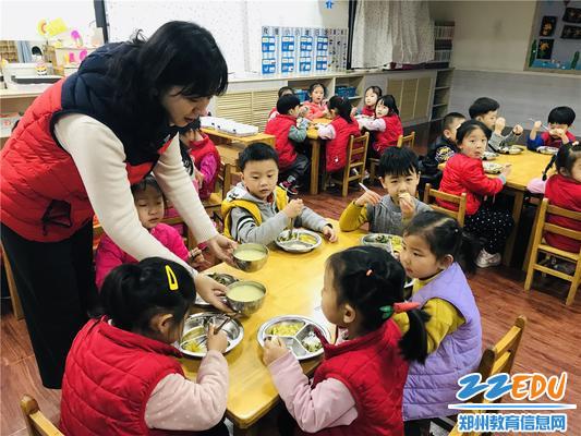 4就餐时间,高原老师为孩子们端饭,关注孩子饮食