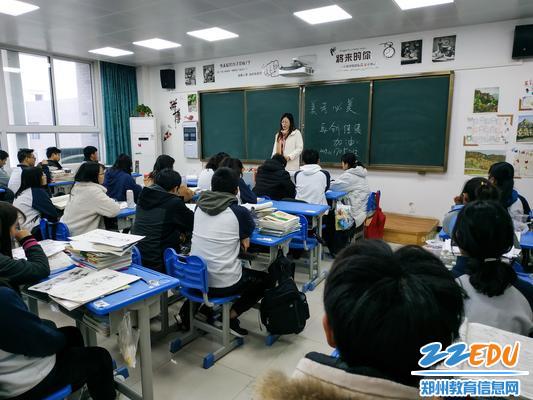 高三年级长、班主任李新华老师在做考前动员