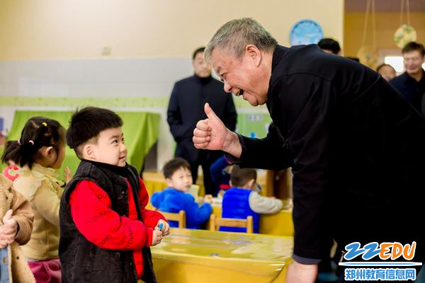 调查组领导与孩子们亲切互动