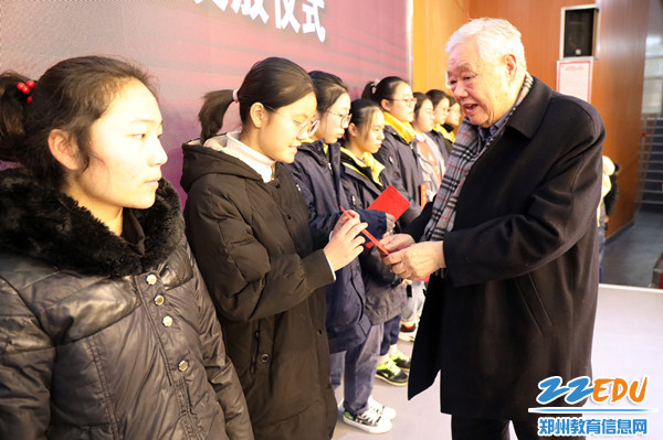 2 河南省关工委常务副主任、秘书长张德广为学生发放助学金