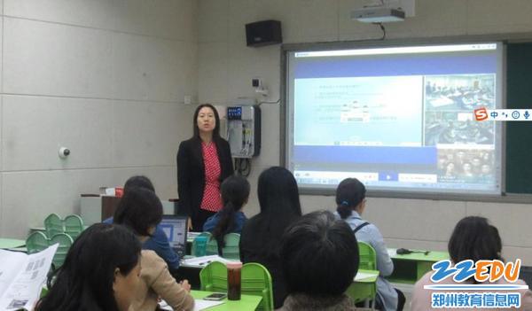 1易峰校长带领教师学习信息技术融合教学