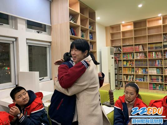 教师给学生温暖的拥抱