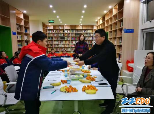 郑州金沙澳门官网4066中党委副书记徐谦为学生赠书