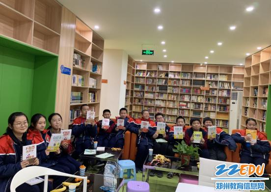 学生获赠图书,愉悦的笑容表达了参与沙龙活动的收获