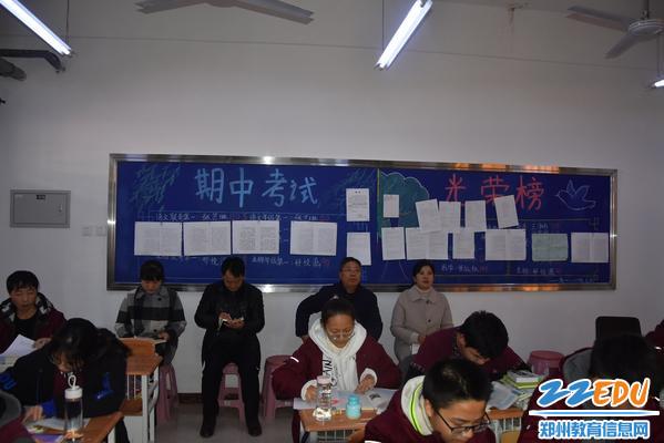 校长段亚萍陪同文华中学校长张成进听任瑞杰老师的语文课