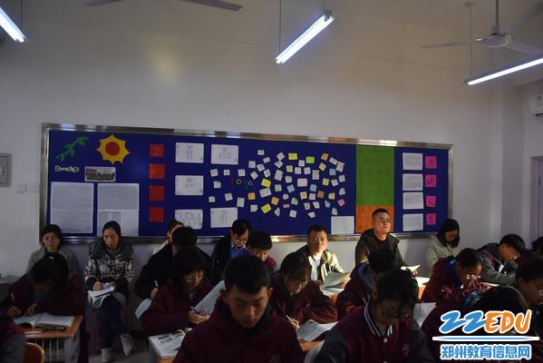 文华中学的领导听王新杰老师的生物课