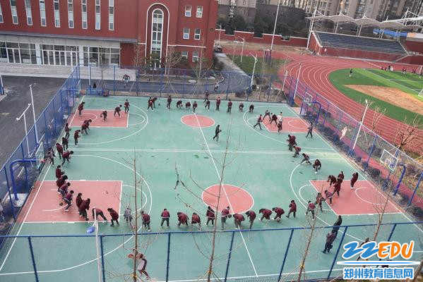 文华中学领导听顾振华老师的体育课