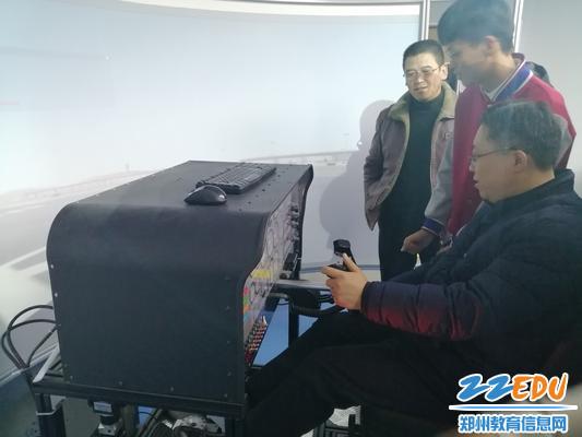 文华中学张成进校长在学生讲解下体验模拟飞行