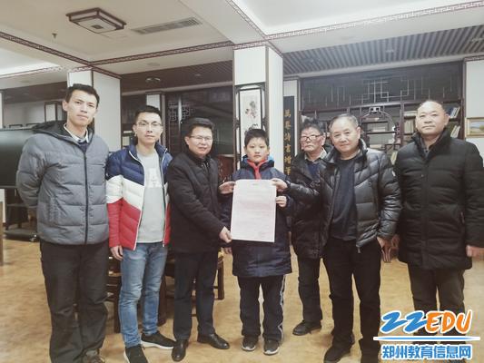 郑州八中政教主任甘铁权代表学校接受感谢信