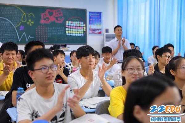 班主任节学生为班29.主任喝彩