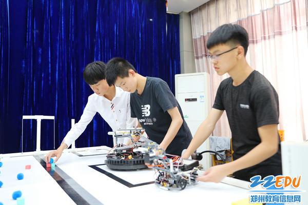 25.学生积极参与机器人制作