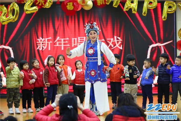 2孩子们跟随戏曲演员合唱《花木兰》选段