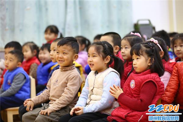 """4.孩子们聚精会神的看大戏,""""小小戏迷就是我!"""""""