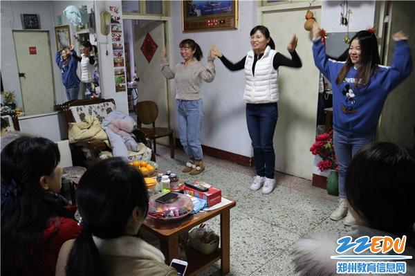 4.青年教师为老干部带来欢快的舞蹈