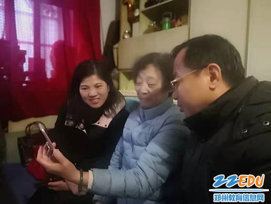 退休教师鲍法秀展示她参加河南省老干部合唱团演出的情况