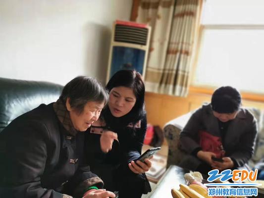 段亚萍校长为91岁的杨承德老师朗读校歌歌词