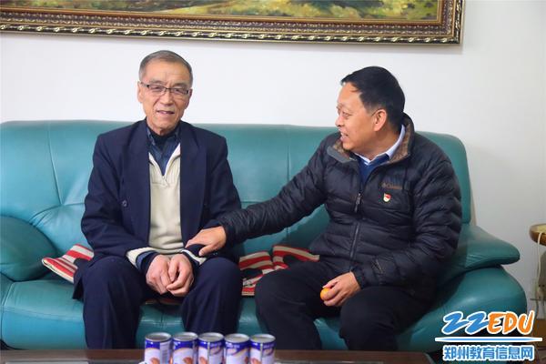 郑州回中党委书记崔振喜与退休老干部亲切交谈