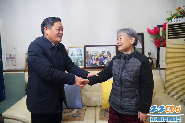 郑州回中校长李玉国与退休老干部亲切握手