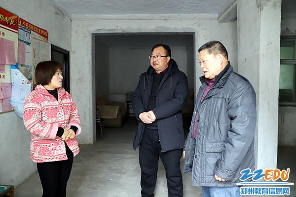 2.副校长王冬魁和帮扶家庭亲切交谈