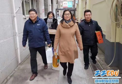 2020年春节前夕郑州57中校领导班子走访慰问离退休老干部及困难党员教师