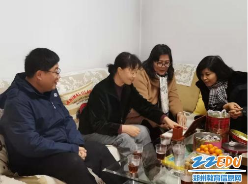 李宇红同志向退休干部介绍学校一年来的丰硕收获