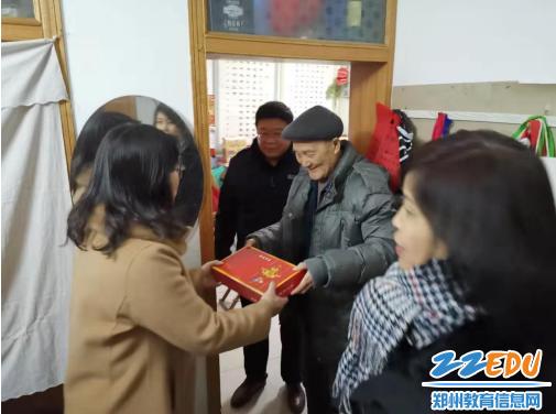 李宇红同志向退休教师送上新年慰问品