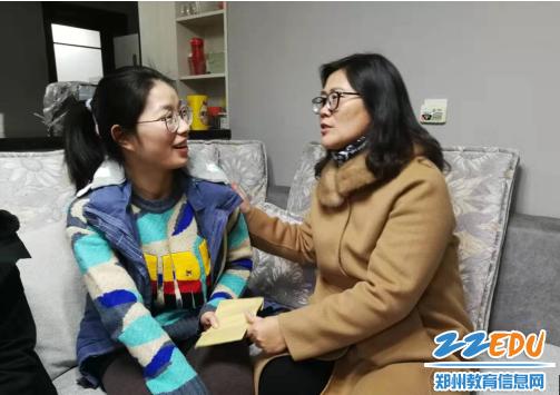 李宇红同志鼓励困难党员教师树立战胜困难的信心