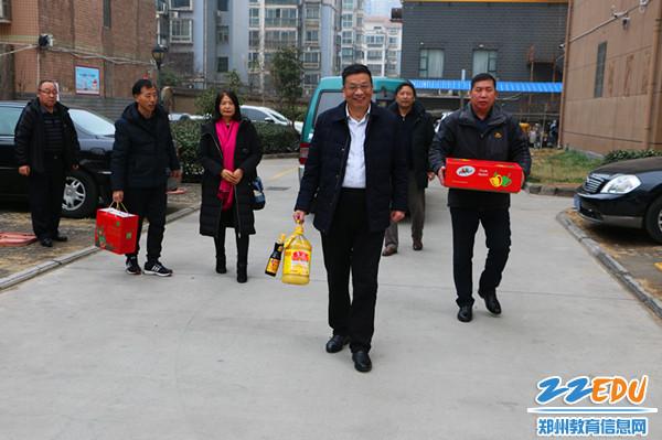 1党委书记、校长梁寅峰带领班子成员慰问离退休老师和生活困难教职工