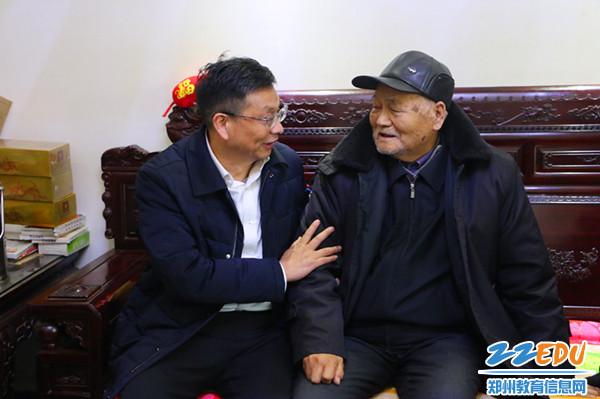 党委书记、校长梁寅峰问候离休干部荆学峰身体状况和家里情况