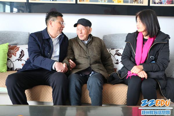 离休干部陈谊生老师十分关心的询问着学校目前的建设和发展