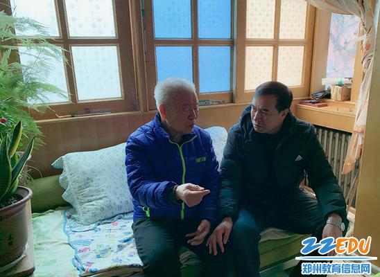 副校长李永芳到退休老教师家中慰问