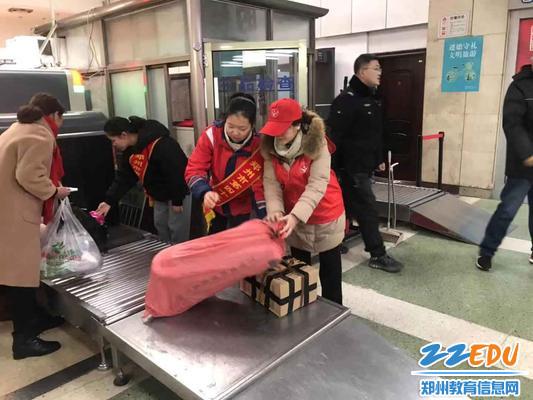 志愿者们帮助旅客拿行李