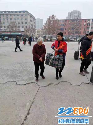 志愿者帮助老人拎行李