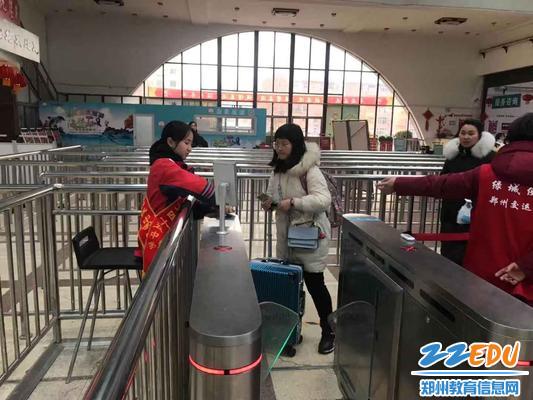 志愿者帮助旅客验证身份