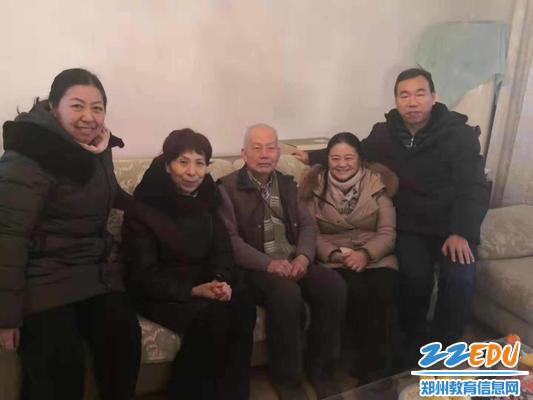 领导班子与退休老教师杨文兴合影