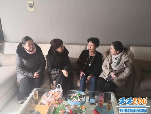 领导班子与退休老教师冯玉梅合影