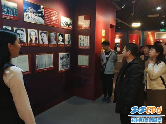 驻足观看中国共产党的光辉历程_副本