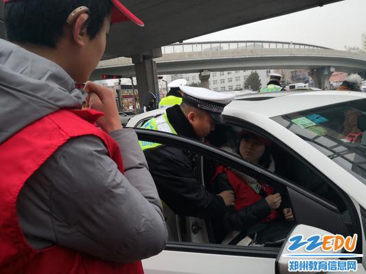 警察同志教学生正确使用安全带