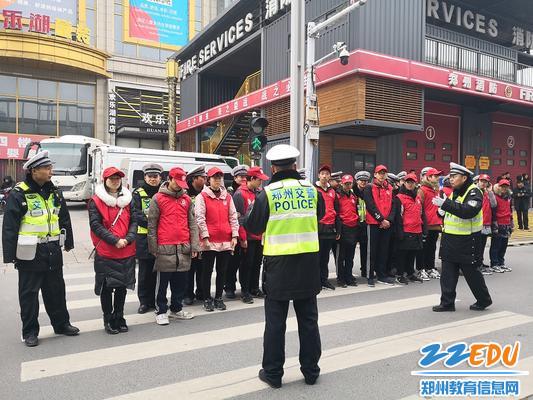 警察同志给学生讲解交通规则