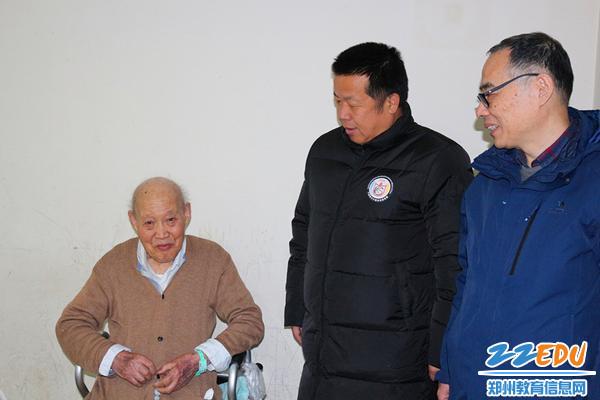 1校领导看望离休教师张玉璞老师