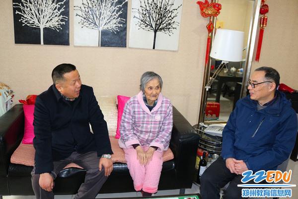 3校领导看望离休教师冯毓燕老师