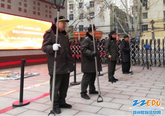 护校巡防员、保安联合值勤确保春节前校园平安