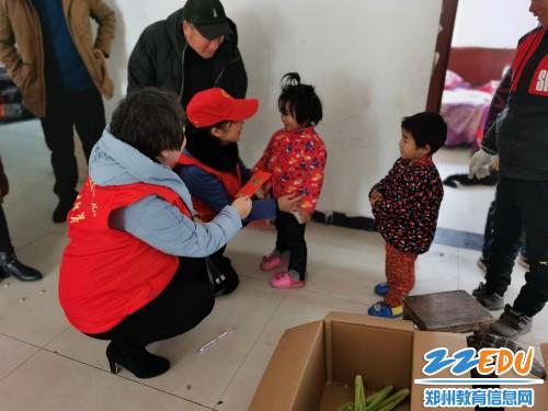 2为留守儿童带来新年祝福_conew1