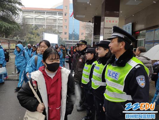 民警和学校保安一起为学生平安回家保驾护航